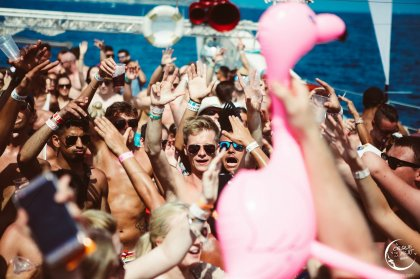 Dance into the sunset with a CDLN boat party